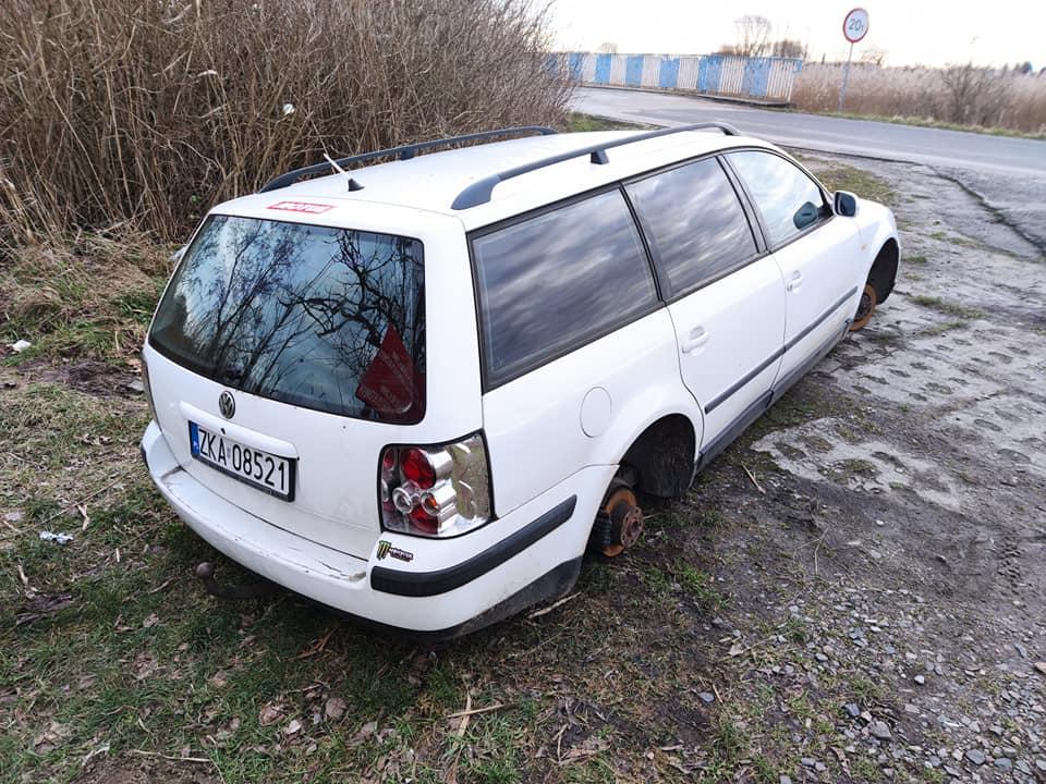 Porzucone auto na Wyspie Chrząszczewskiej. Właściciel poszukiwany, złodzieje nie próżnują!